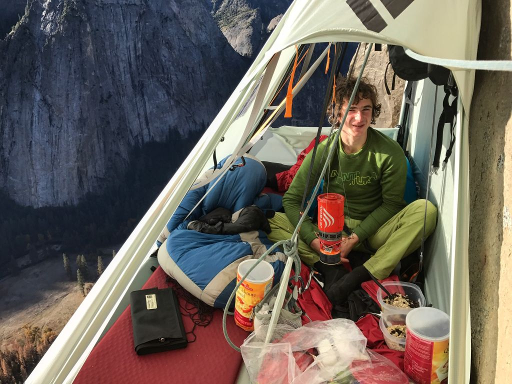 Adam Ondra v portaledge na Dawn Wall, El Capitam, Yosemite.