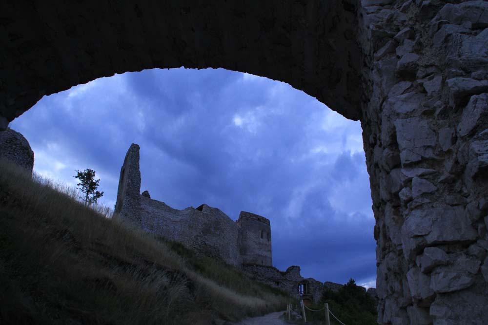 věk říší obléhání hradu stacy ferguson historie