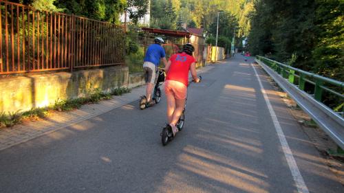 Na koloběžce podél Botiče k Hostivařské přehradě.