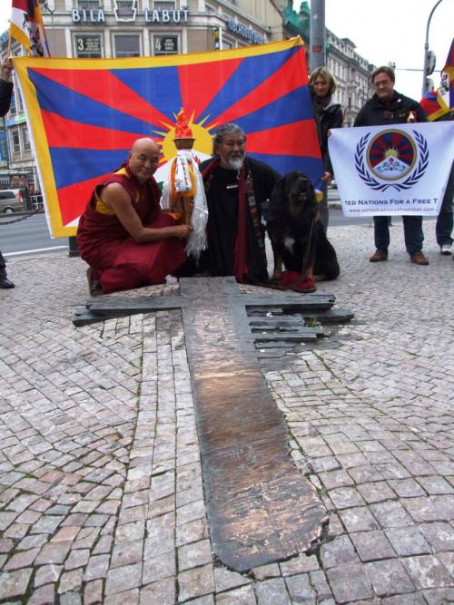 Tibet. Flame of Truth. Praha. Tibetský Plamen pravdy na místě, kde se upálil Jan Palach, na Václavském náměstí v Praze.