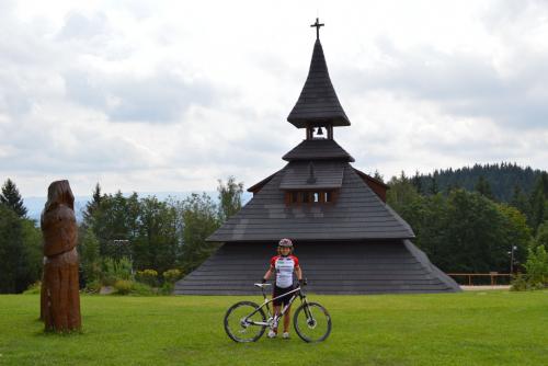 O prázdninách u babičky na Valašsku jsem spolu s tatínkem zdolala na kole 20 vrcholů Valašska a zároveň poznala tento malebný kraj. Zde jsem na Soláni.