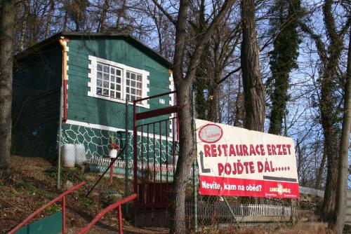 Restaurace Erzet nad Hostivařskou přehradou.