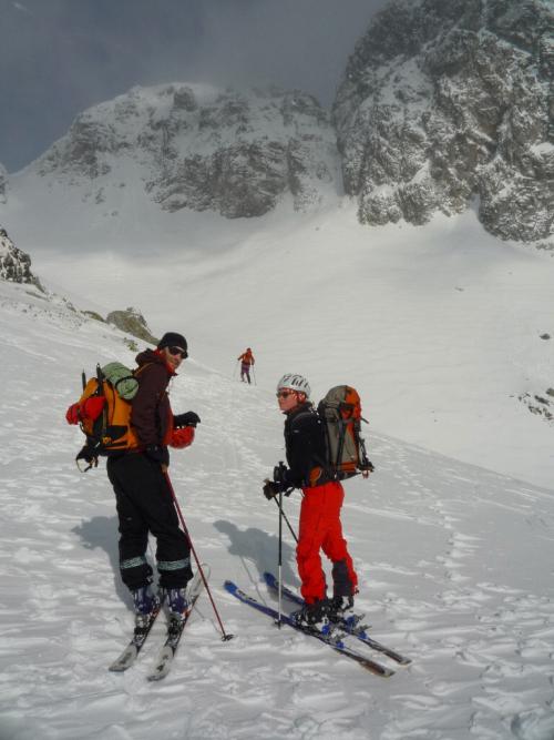 Cestou na Závrat. Malý Javorový štít je zasněžený nad lyžaři.