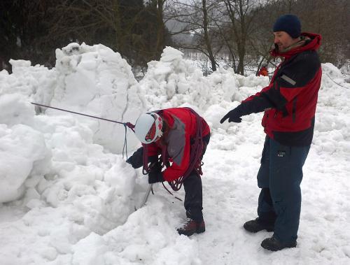 Tréning na ledovec: Nejdůležitější ze všeho je zachytit případný pád partnera na laně. Pak teprve můžeme začít řešit záchranu a první pomoc.