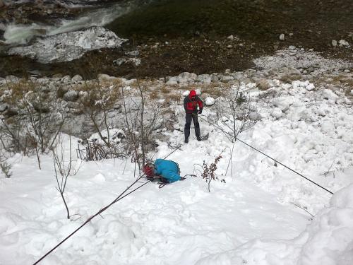Spadnout do ledovcové trhliny je stresující zážitek. Zkuste si to nanečisto!