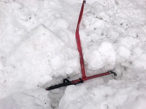 Záchrana z ledovcové trhliny: Jediný pevný bod je cepín zakopaný do sněhu a ledu.