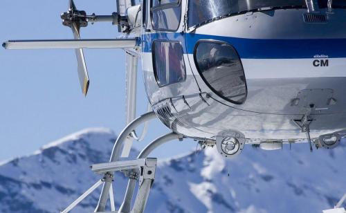 Vrtulníky létají v zimě pro lyžaře.
