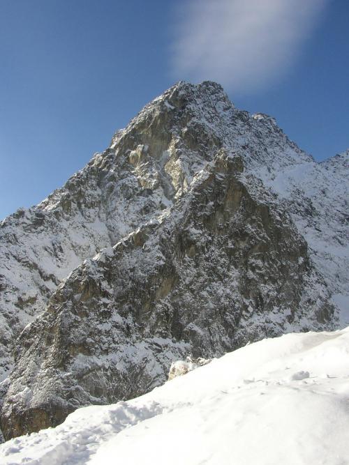 Žltá stena (zleva vede Východná stena, uprostřed Korosadowicz) a Stredohrot. (zleva Východný hrebeň, zprava Dubkeho lávka).