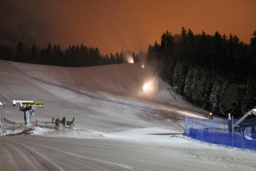 Skiareál Mariánky v Mariánských Lázních zasněžuje sjezdovku.