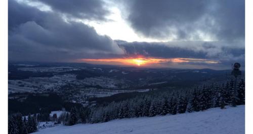 Západ slunce z Lysé hory v Krkonoších.