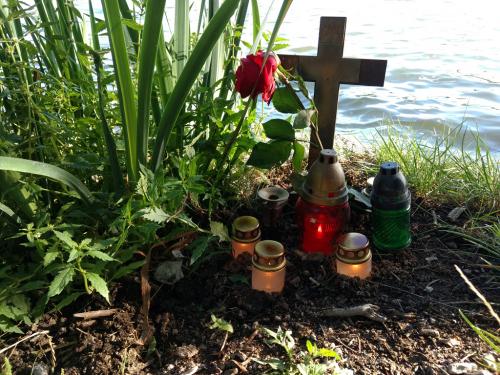 Vzpomínkový křížek na utonulého mladíka poblíž koupacího mola na Hostivařské přehradě.