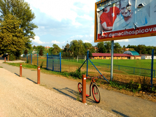 Hrubý štěrk navezený na cyklostezku v Hostivaři značně ztěžuje jízdu na kole i koloběžce.