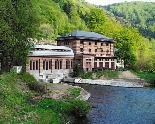 Jizera. Elektrázna Spálov bere vodu z úseku Riegrovka.