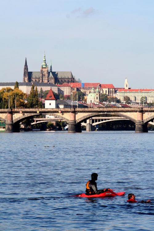 Vltava protéká pod Hradčany.